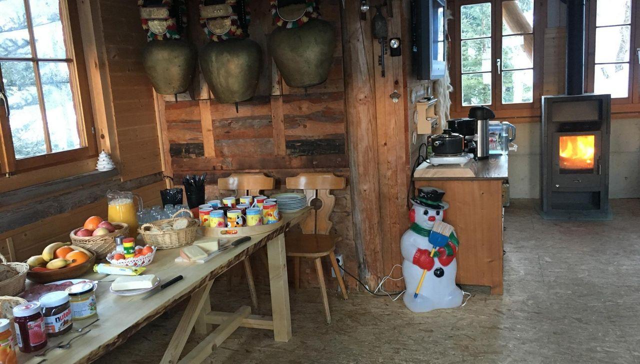 Das Fonduehaus der Free Spirit Lodge bietet viel Raum für Begenungen am Abend