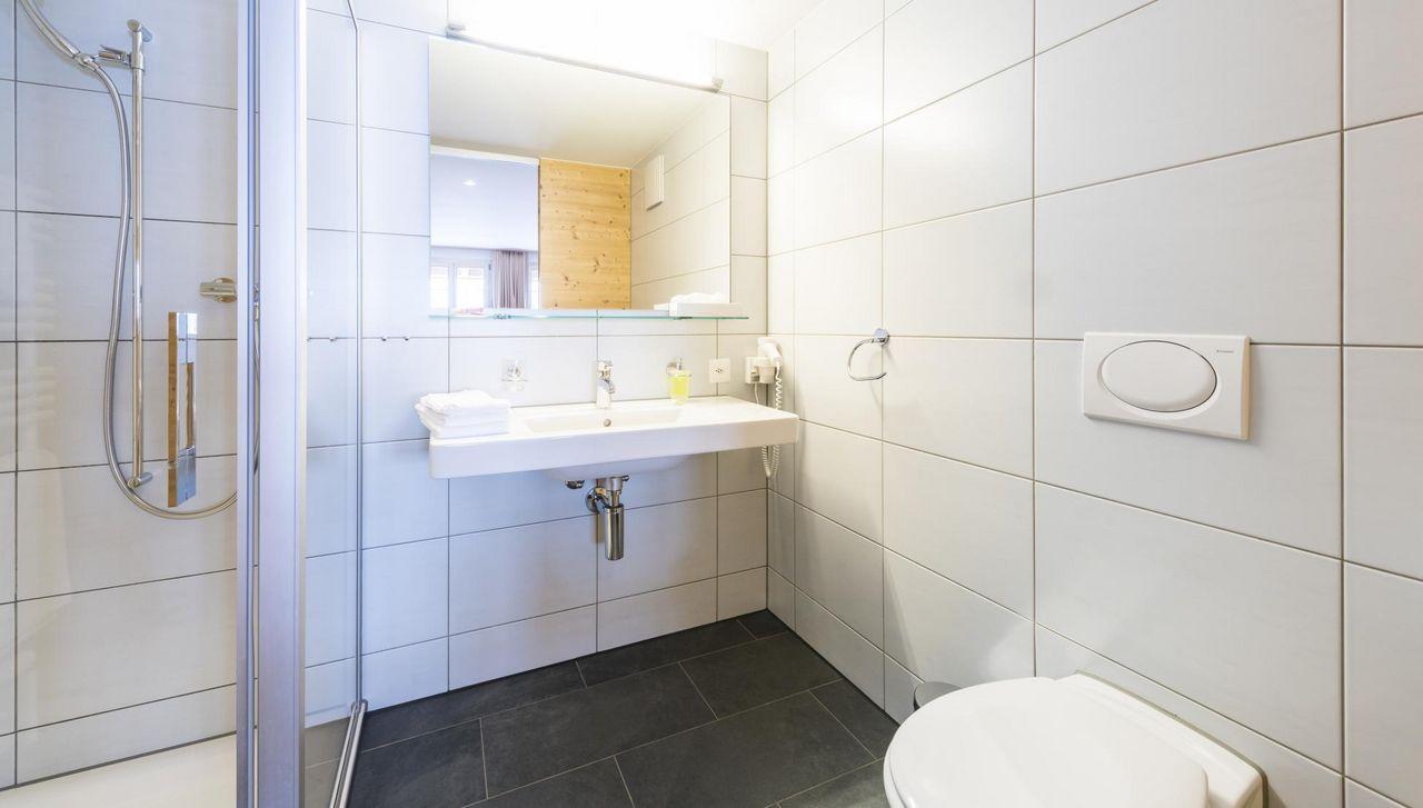 Die Badzimmer in schlichtem Weiss, neu renoviert und mit allen was ein Gast braucht