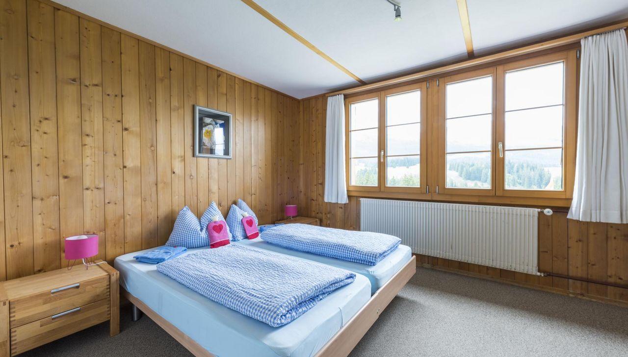 Mit traditionellem Charme sind die Doppelzimmer im Berggasthaus Salwideli eingerichtet
