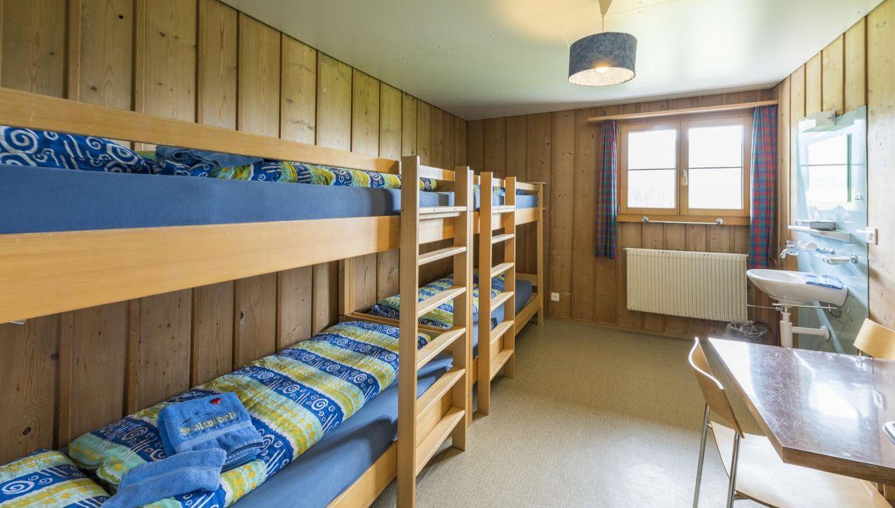 Merhbettzimmer für Gruppen zum Ausruhen nach langen Tagen der Aktivität